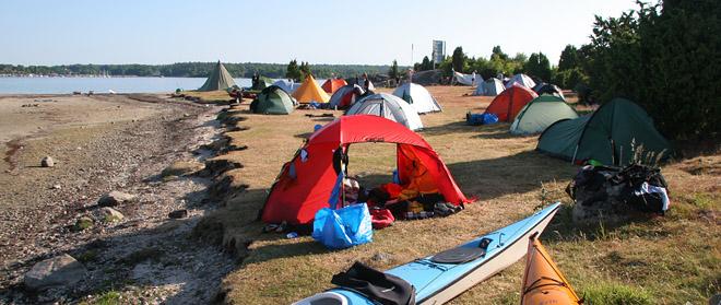 Gott om tältplatser, både på gräs och klippa och både vid vattnet och en bit ifrån